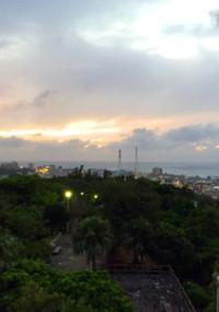 夕方、嘉数高台公園に登り普天間基地と台風迫る夕暮れを見る。近所からエイサー練習の音が聞こえてくる。