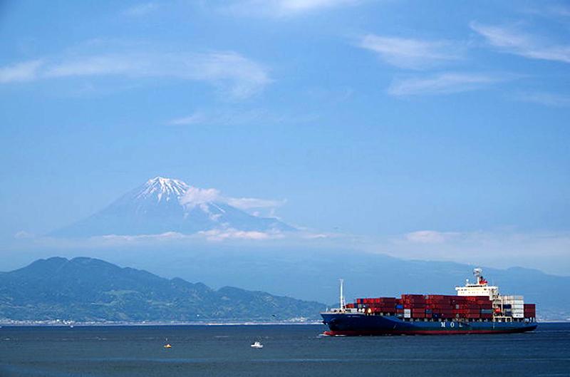 コンテナ船と富士山